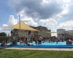 """Kipróbáltuk """"élesben"""" (gyerekkel, teltházban) az új fehérvári strandot"""