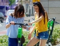 Átalakuló városi közlekedés – az idősek félnek az e-rollerektől, a fiatalok várják
